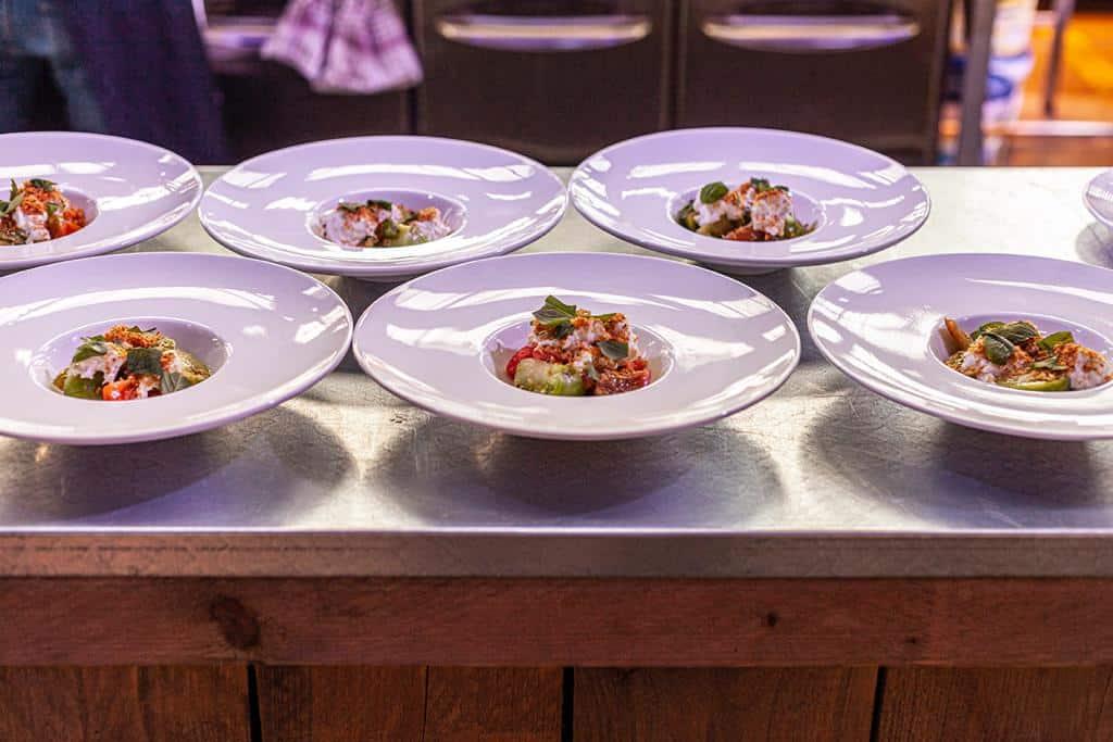 6 grote witte diepe borden met gerechten erop (Foto: Roel van Elferen)