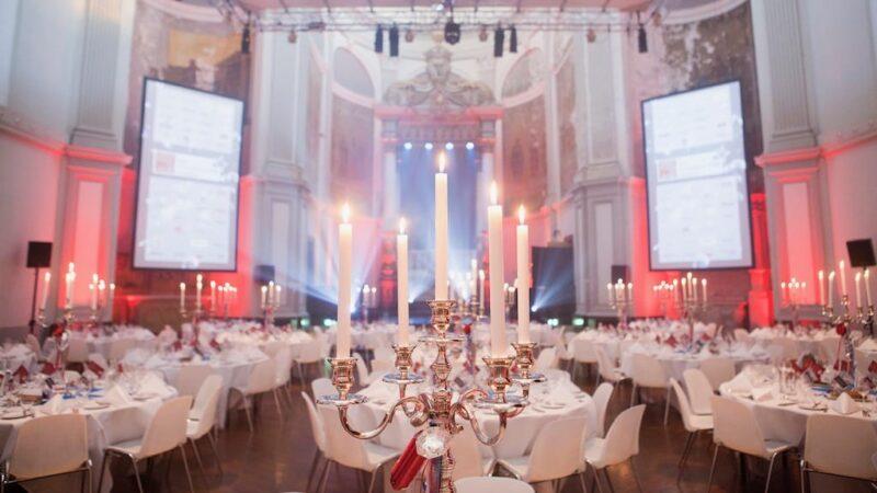 Amplify EventMarketing gala award show diner met gedekte tafels voor een diner