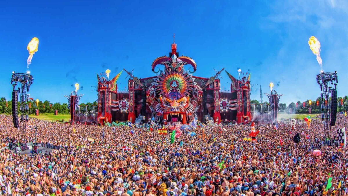 Archieffoto Defqon met kleurrijk podium en duizenden mensen