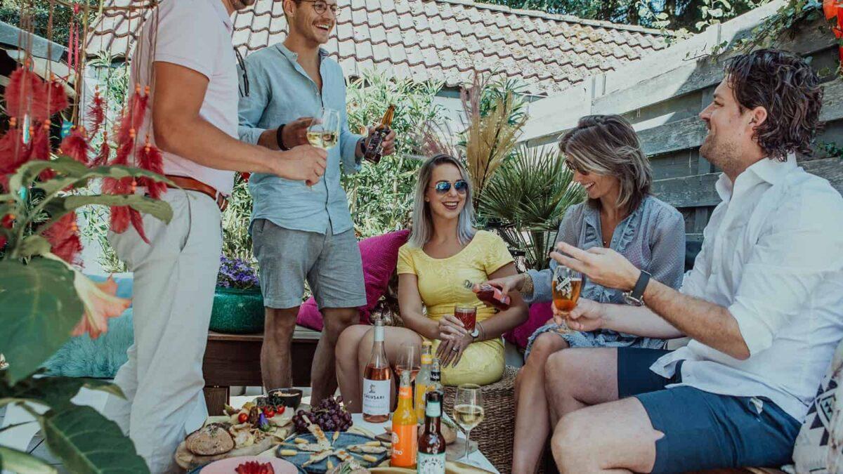 Caterbox borrelplanken bij een borrel met 5 mensen in een tuin