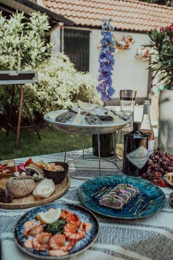 Caterbox buffet met schalen met hapjes waaronder oesters, garnalen en tonijn