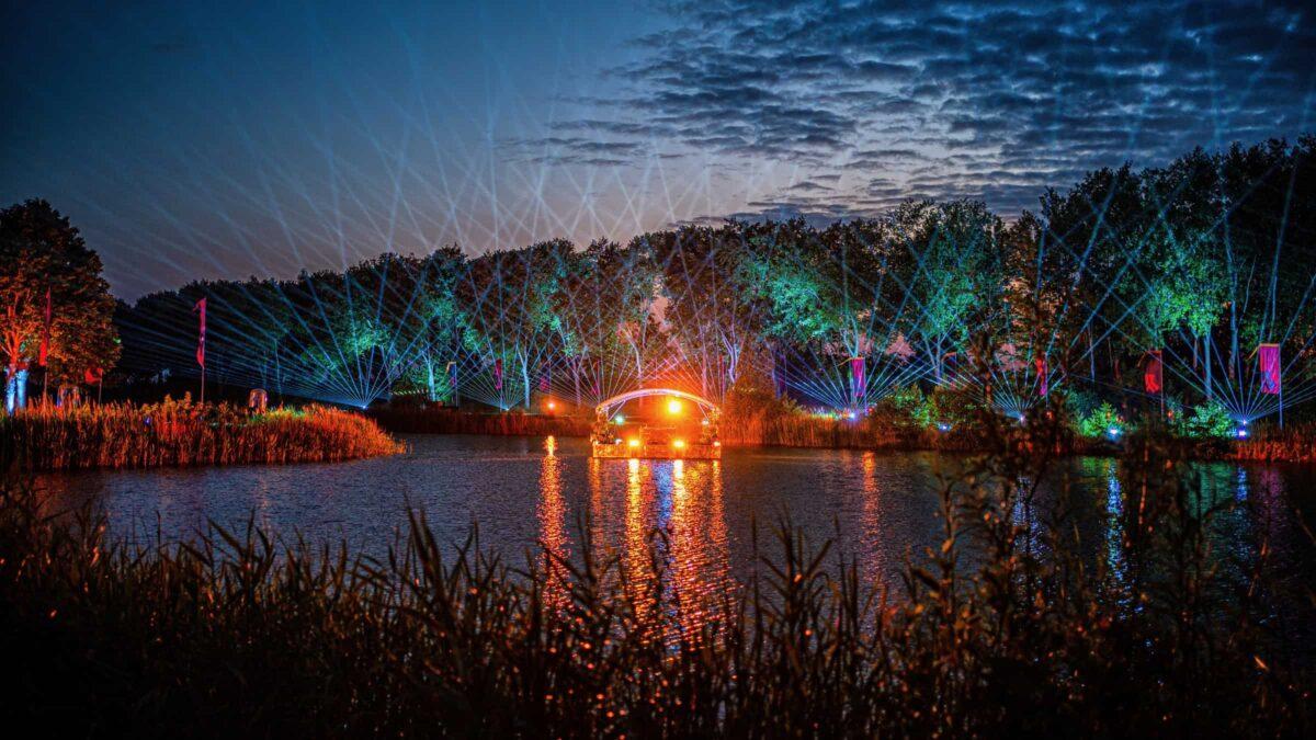 Defqon DJ booth op het water met lasershow vanaf de kade