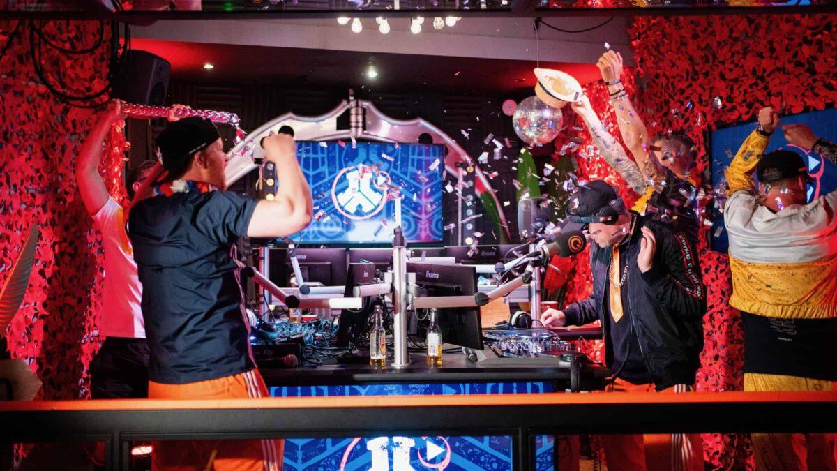 Defqon Wasted Lands studio met dj en dansende mensen