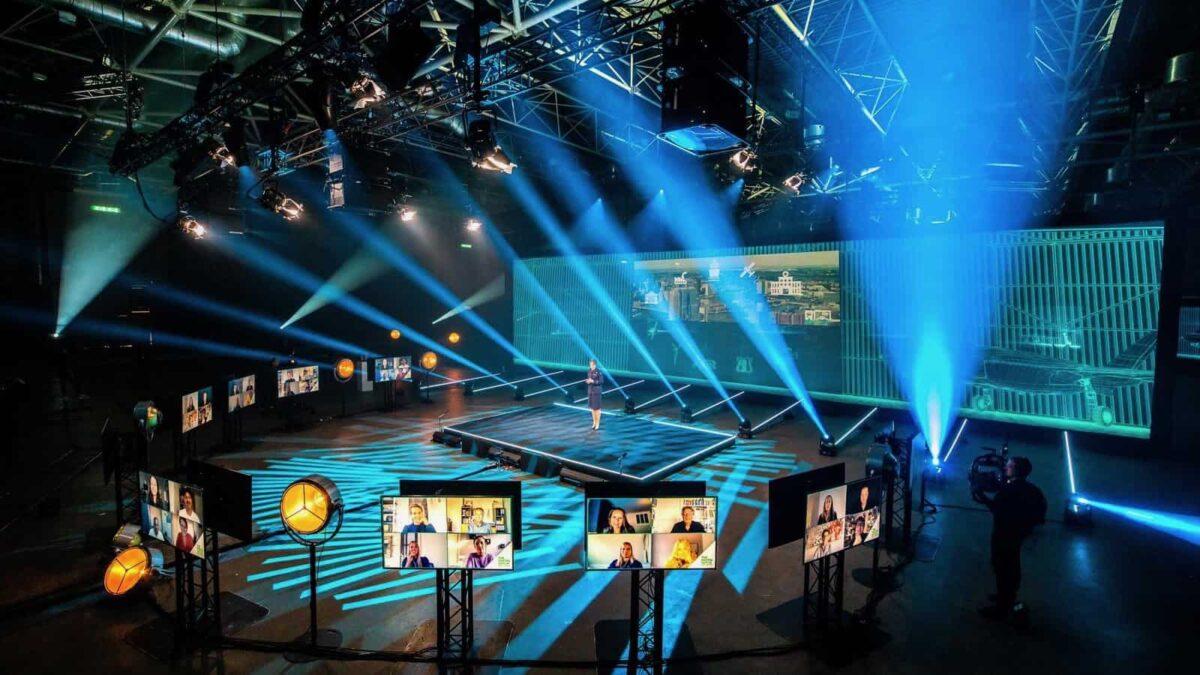 Event Inspiration - Podium in de Jaarbeurs omringt met schermen met bezoekers van het online event The Digital Dutch (foto @Floris Heuer)