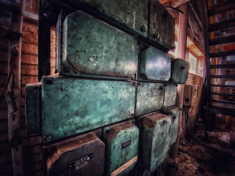 Groene electriciteitskasten in een fabriek