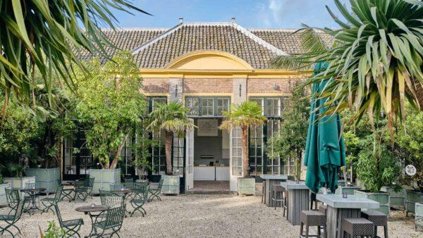Hortus Botanicus Leiden - Oranjerie entree tuin met palmbomen