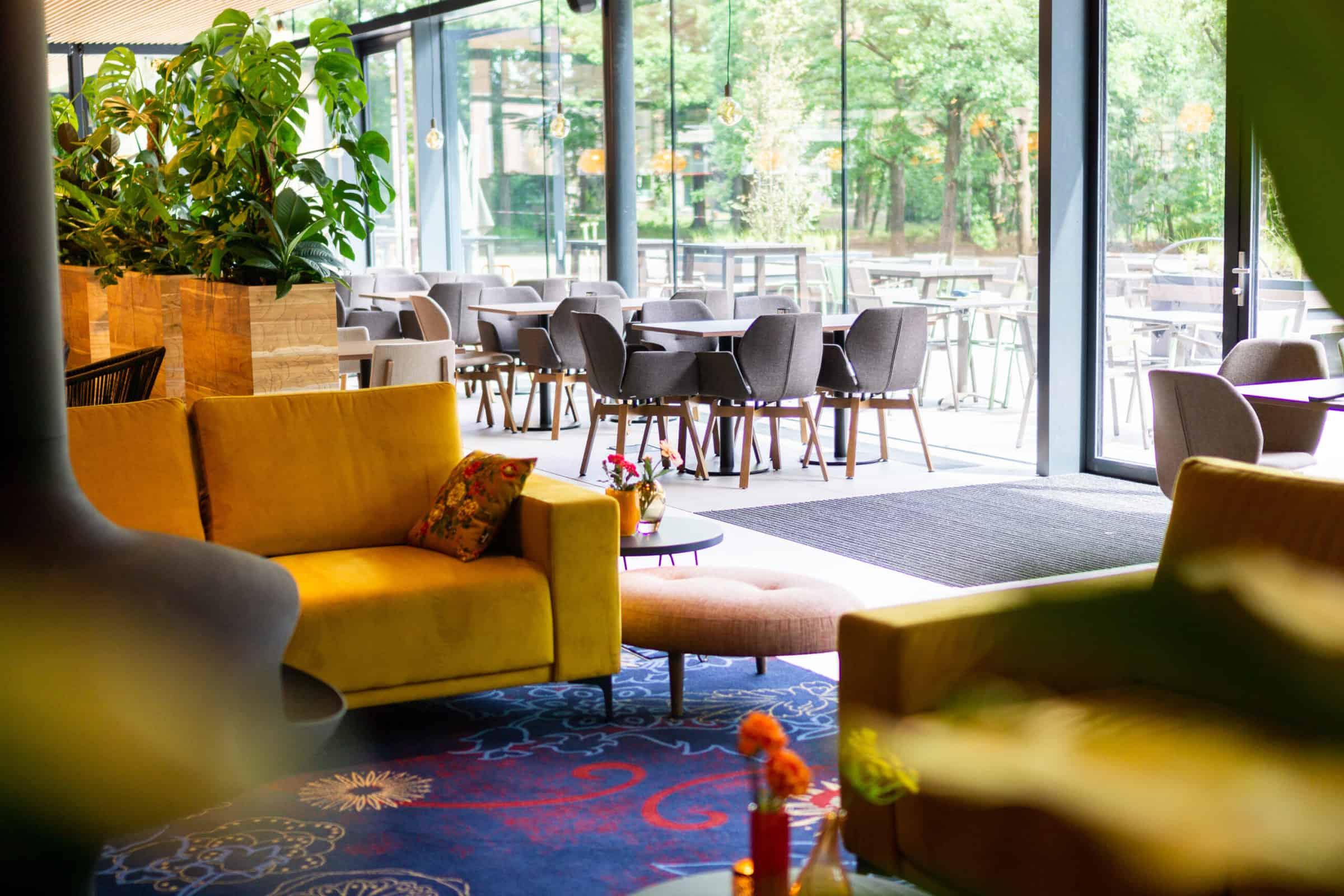 KonneKt- Restaurant Kontakt der Kontinenten met tafels met stoelen