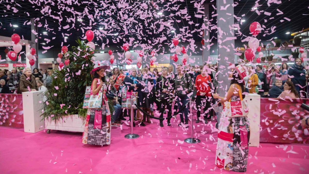 Kreadoe beurs met roze confetti en roze tapijt en vrouwelijke bezoekers