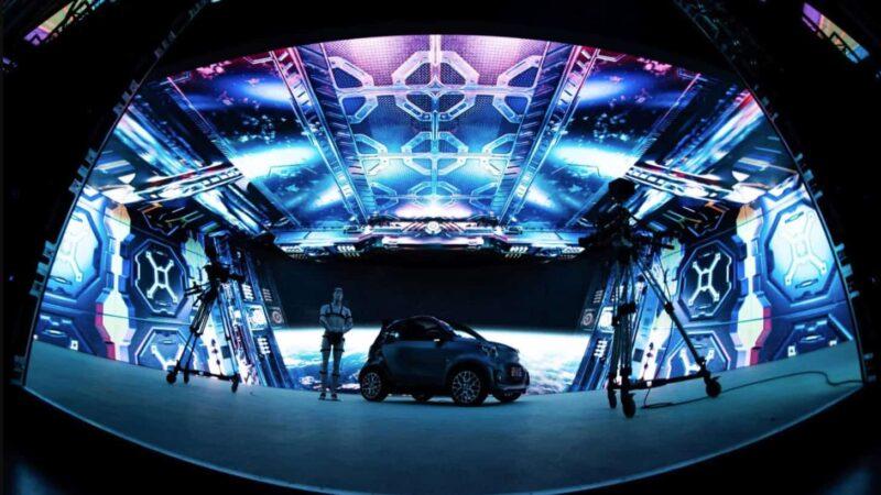 LEDcave met aan de zijkanten en bovenkant ledschermen en in het midden een auto