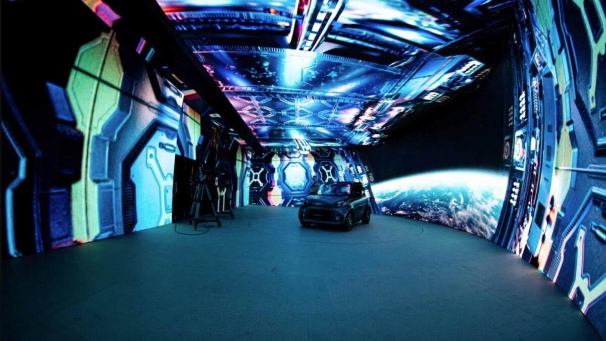 LEDcave met schermen rondom een auto