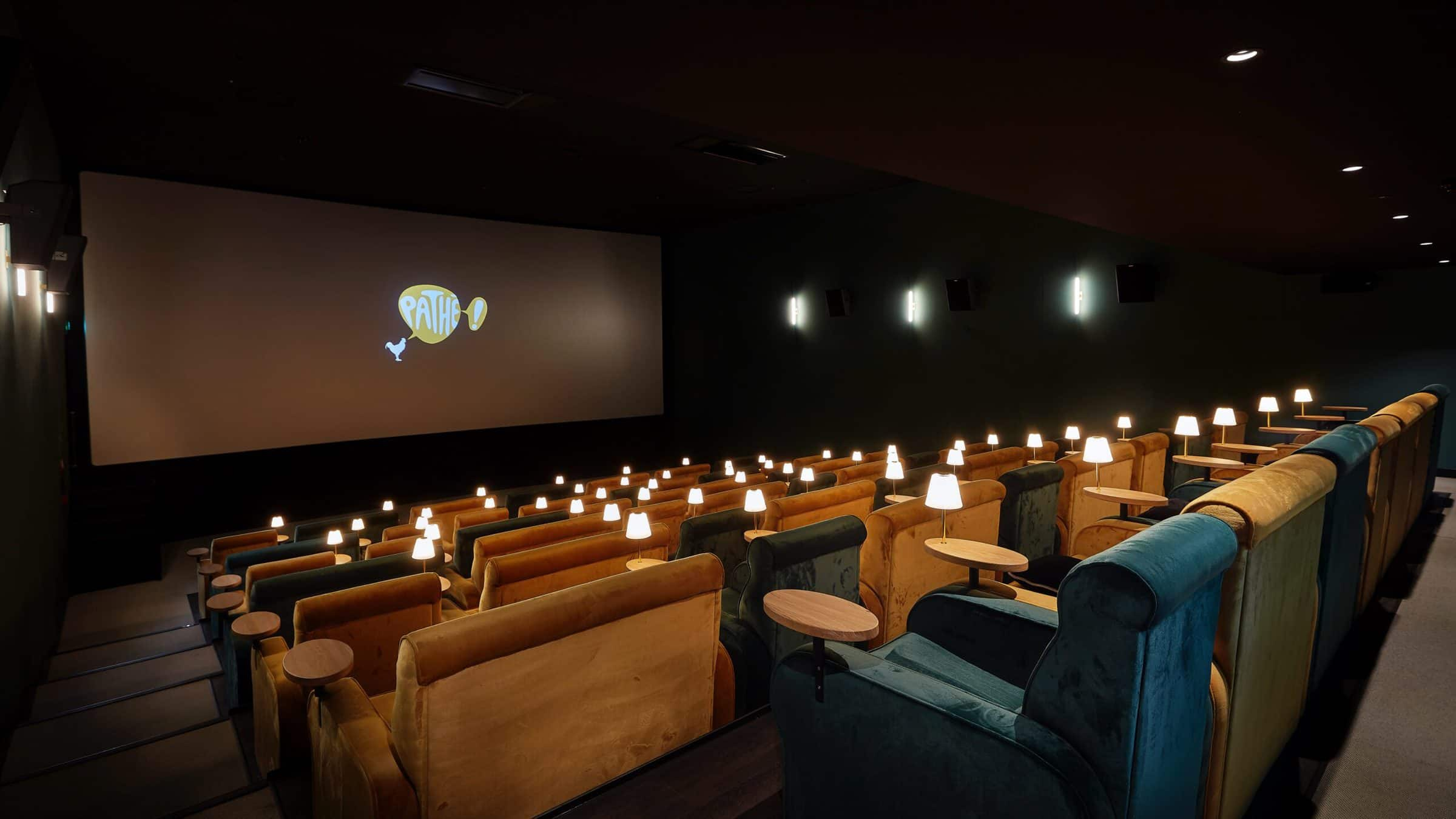 Pathe Tuschinski filmzaal met schemerlampjes, bankjes en ruime stoelen
