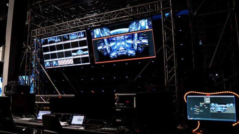 Studio controlroom met schermen