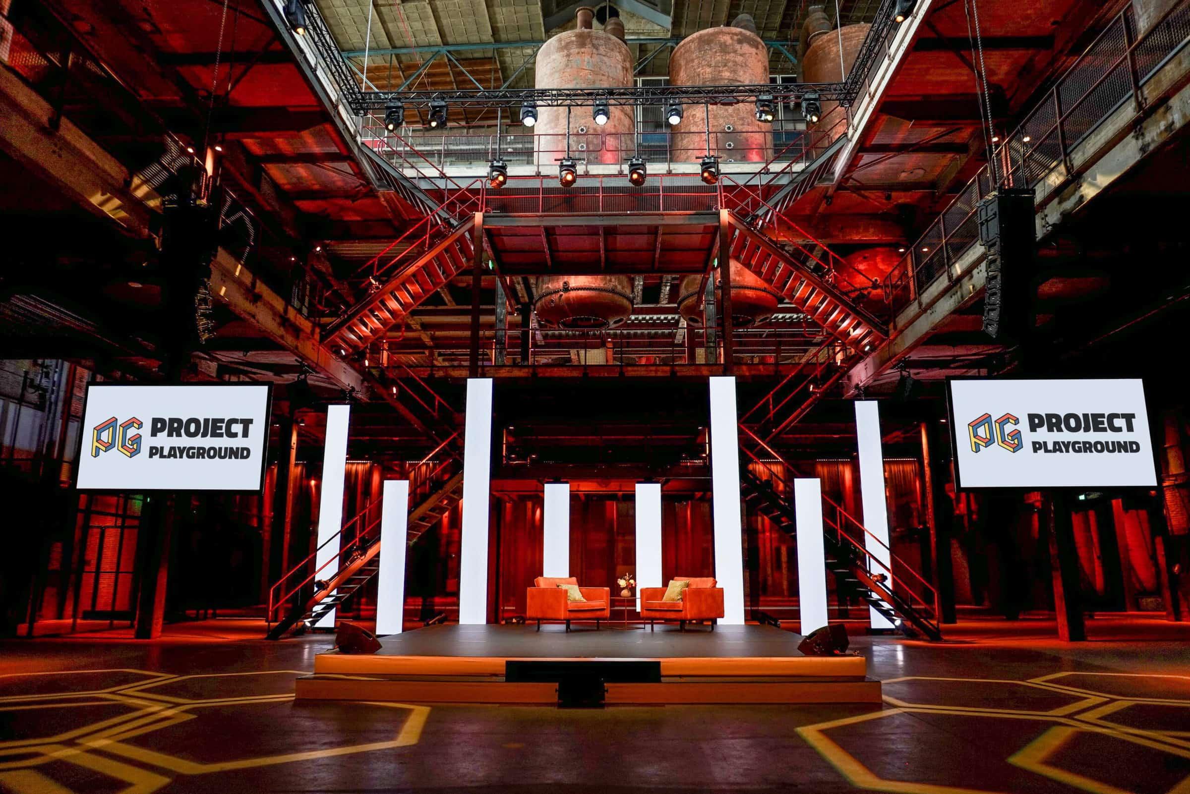 Studio in fabriek met rode uitlichting - Project Playground
