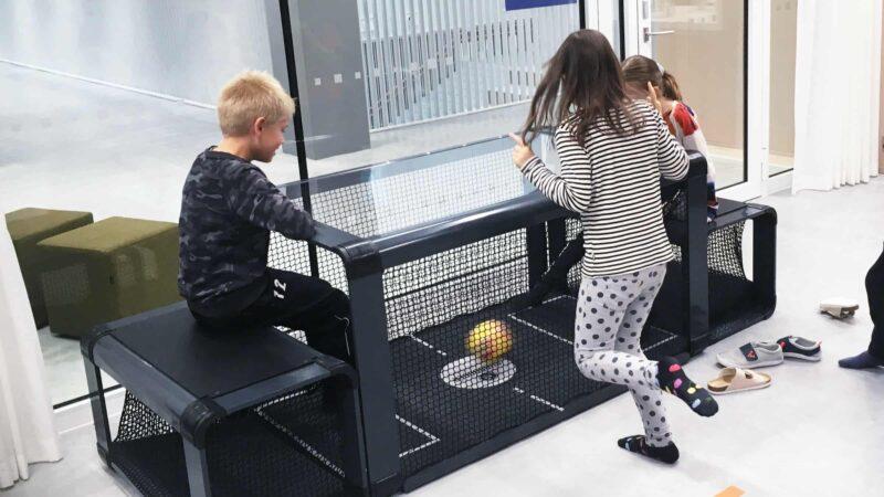 Subsoccer met kinderen - tafelvoetbal met schoppen tegen de bal