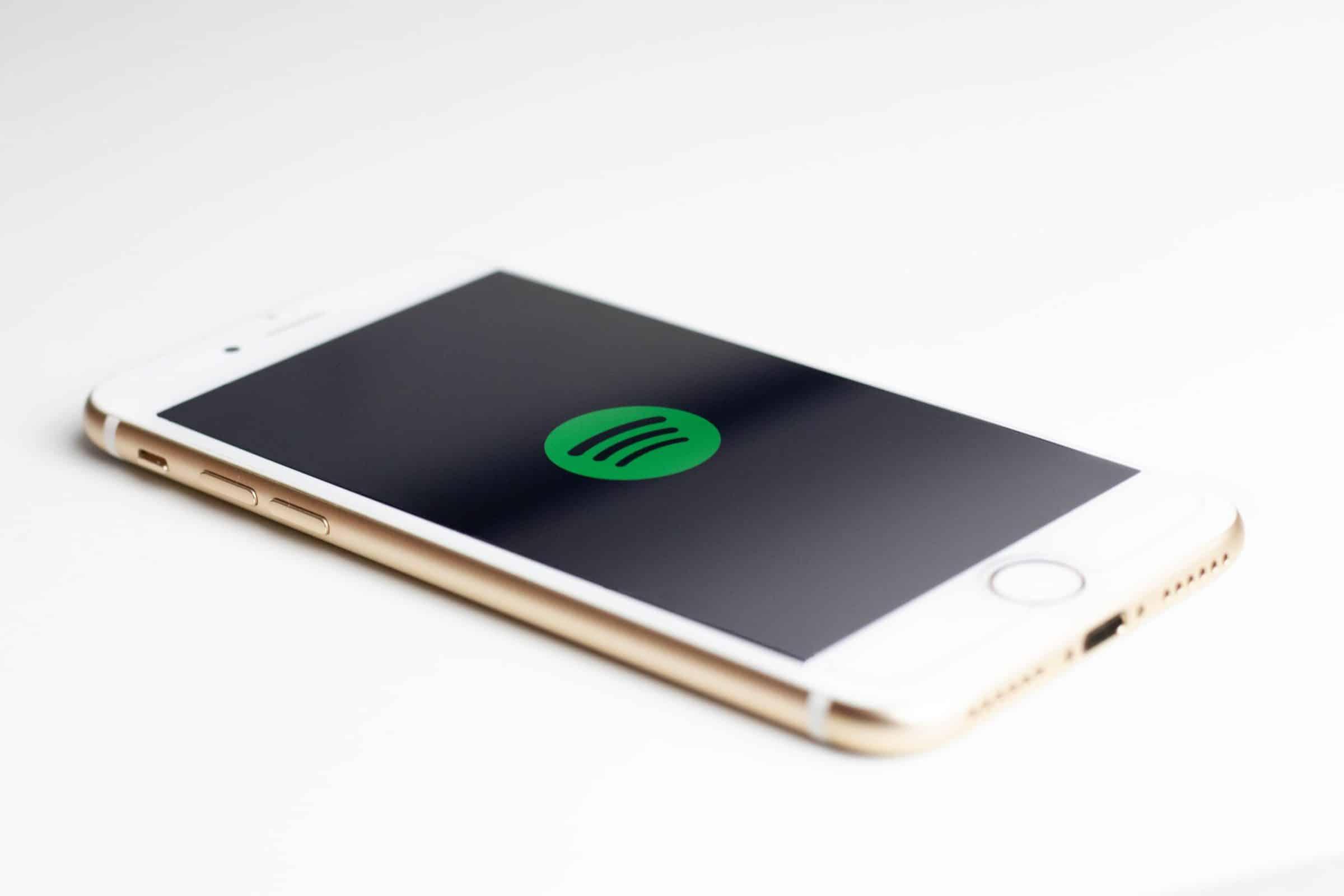 Telefoon met spotify app