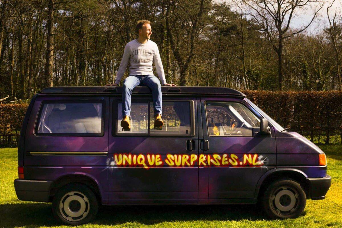 Unique Surprises busje met iemand erop