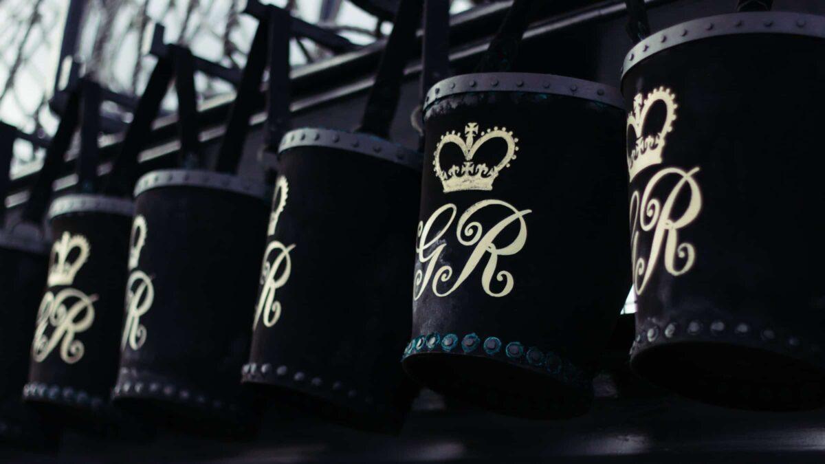 Zwarte bakken met GR letters erop (Photo alex-holyoake)