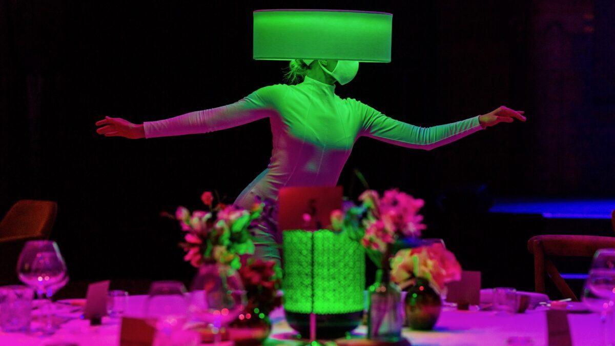 Plugged Live Events - danseres met mondkapje en lampenkaphoed