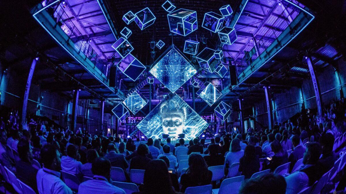 Plugged Live Events kubussen met licht in de lucht