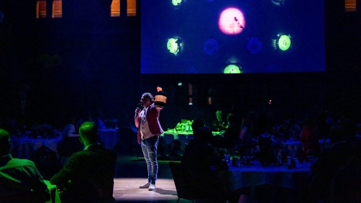 Optreden zanger met een lampion in zijn hand