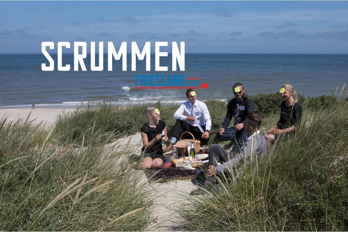 Scrummen Friesland Style 5 mensen in pak in de duinen bij de zee met een post it op hun hoofd