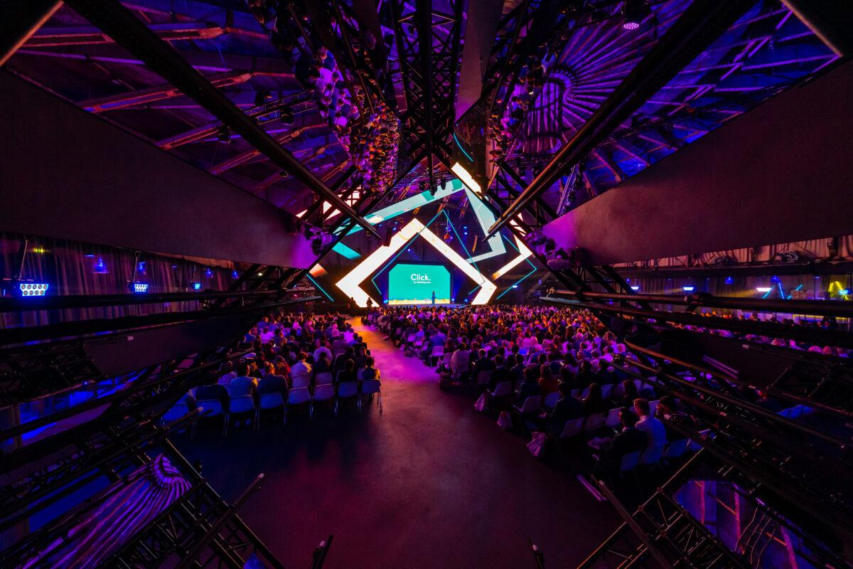 Event booking.com - zaal met uitgelicht podium