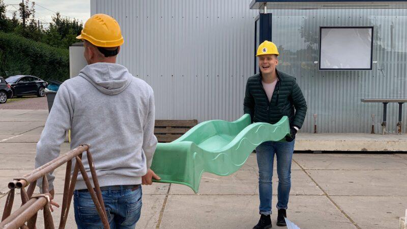 Chainreaction twee mannen met een groene glijbaan