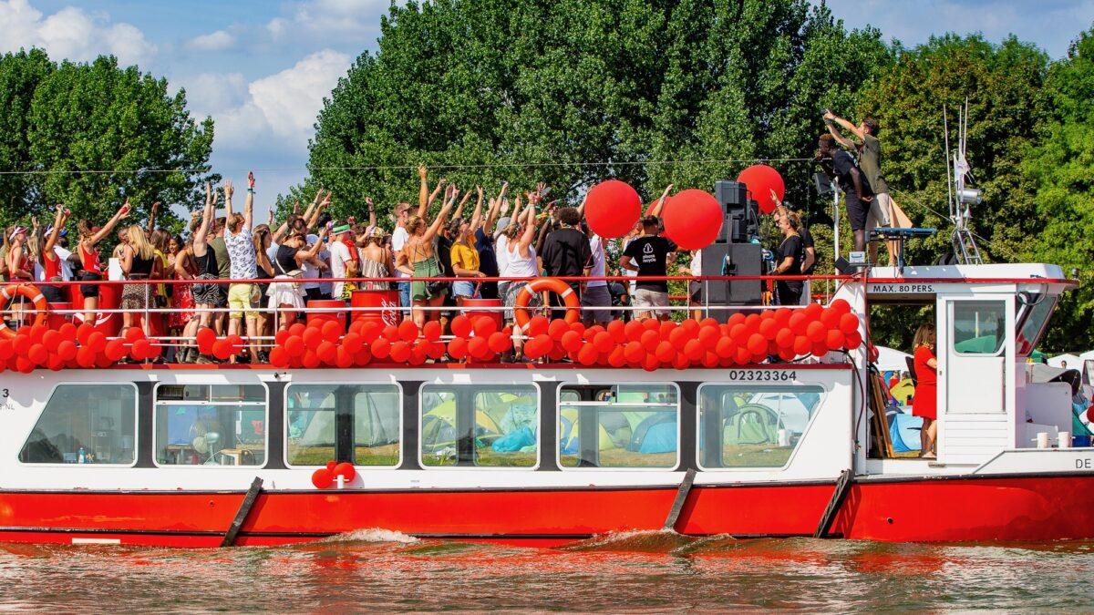 Concert op een rood met witte boot die vaart