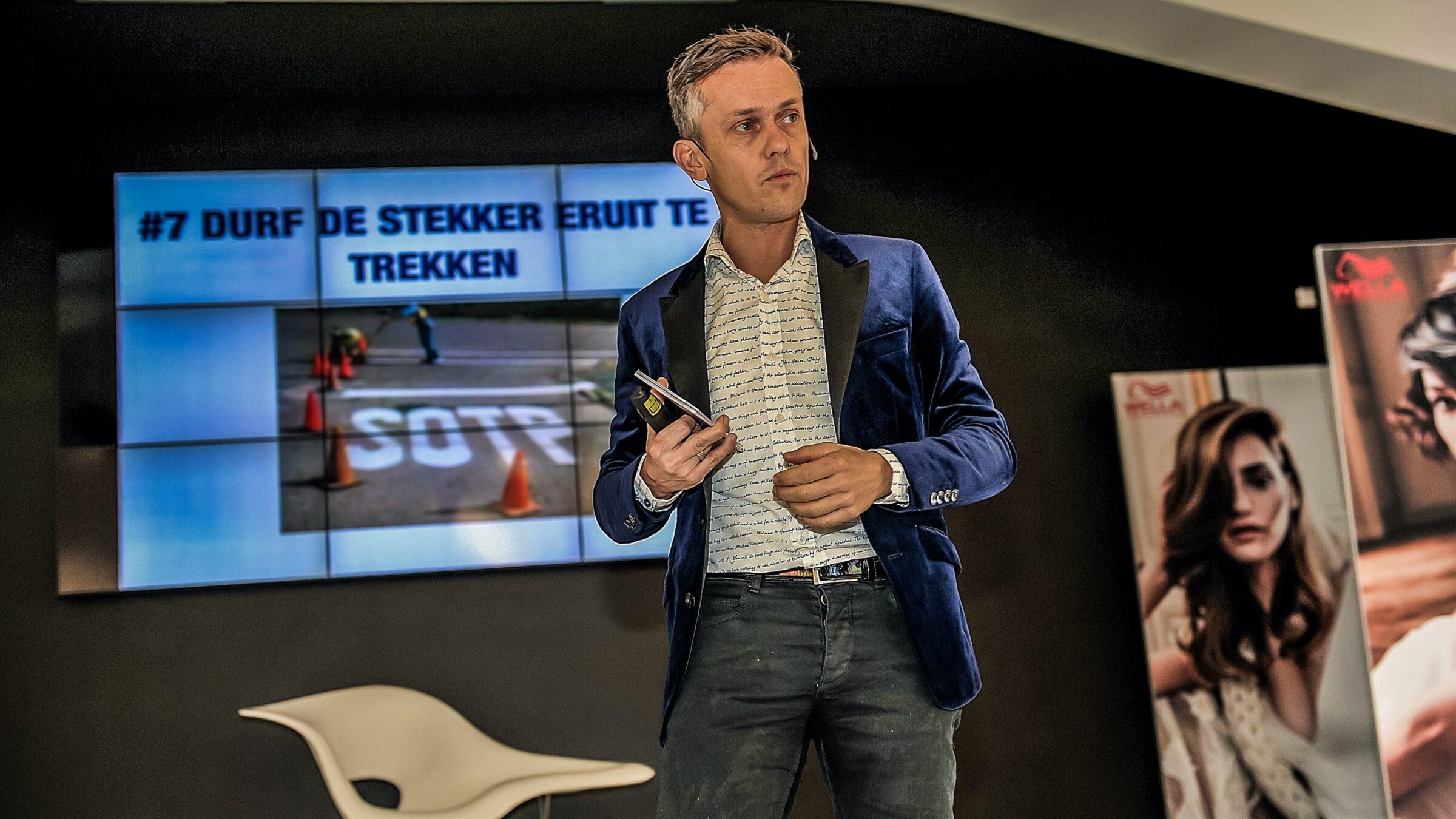 Hans Janssen DenkProducties op het podium (foto- Coos de Joode fotografie)