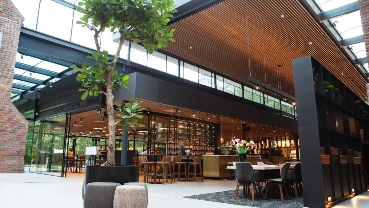 KonneKt restaurant met boom en uitzicht op de bar