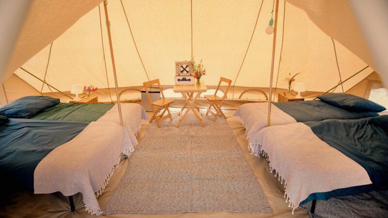 Liffin natuurlijk glamping tent met 4 bedden en zitje