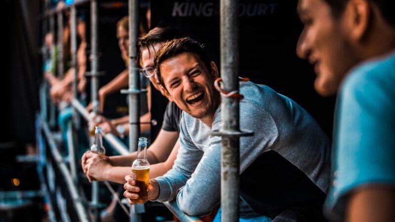 Man met Desperado biertje in de hand tijdens King of the Court (foto-SetVexy)