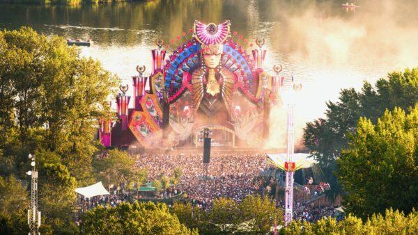 Optreden Sunnery James en Ryan Marciano tijdens festival met groot podium en water op de achtergrond - ID&T