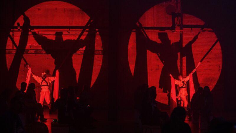 Optreden met vastgebonden mensen in rood licht ProjectPlayground_©FlorisHeuer_1267