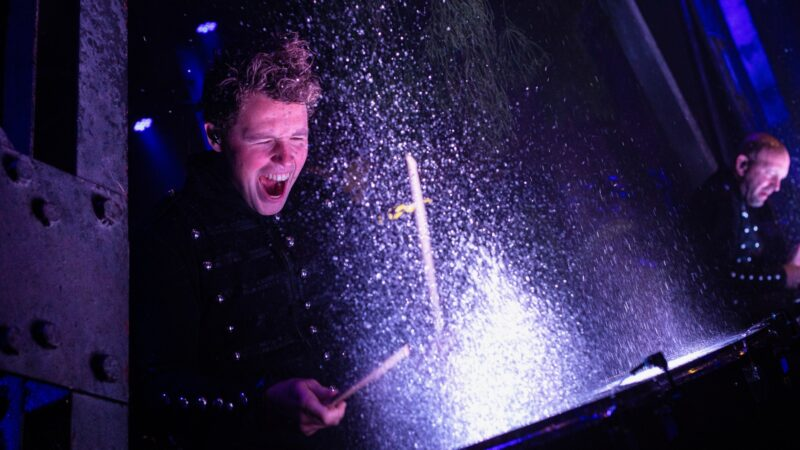 Optreden van drummer met water bij ProjectPlayground_©FlorisHeuer_1310