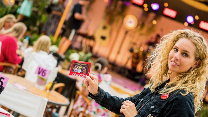 Polaroid met fotoframe van Coca Cola tijdens concert (Photo: Wildschieters) Chase