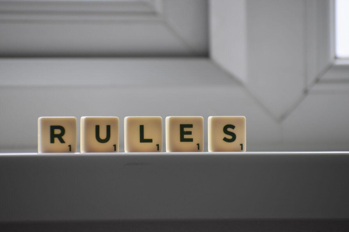 Scrabble letters die het woord rules maken