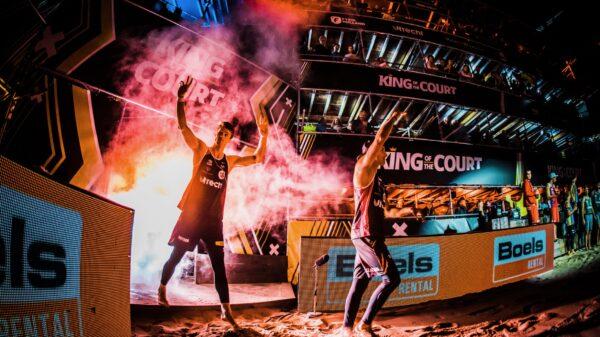 Spelers die opkomen vanuit een tunnel met rook tijdens King of the Court (foto-SetVexy)