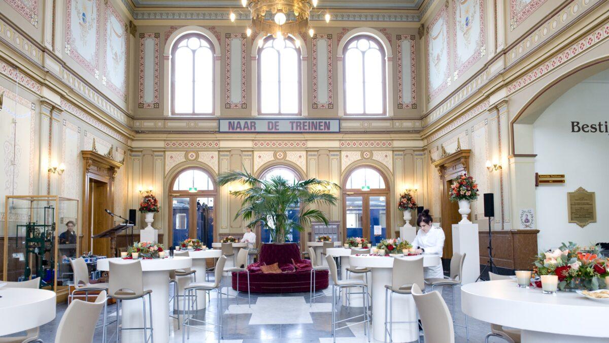 Stationshal - hoge tafels Spoorwegmuseum
