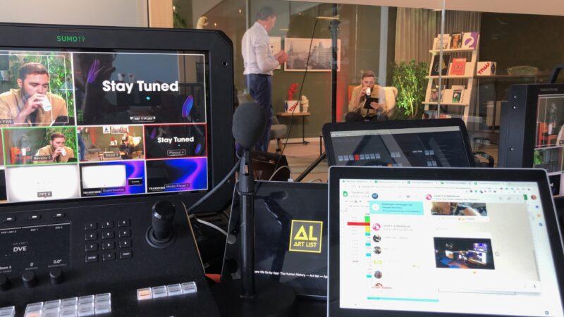 TNW couch conference schermen met studio op de achtergrond door We Are Live
