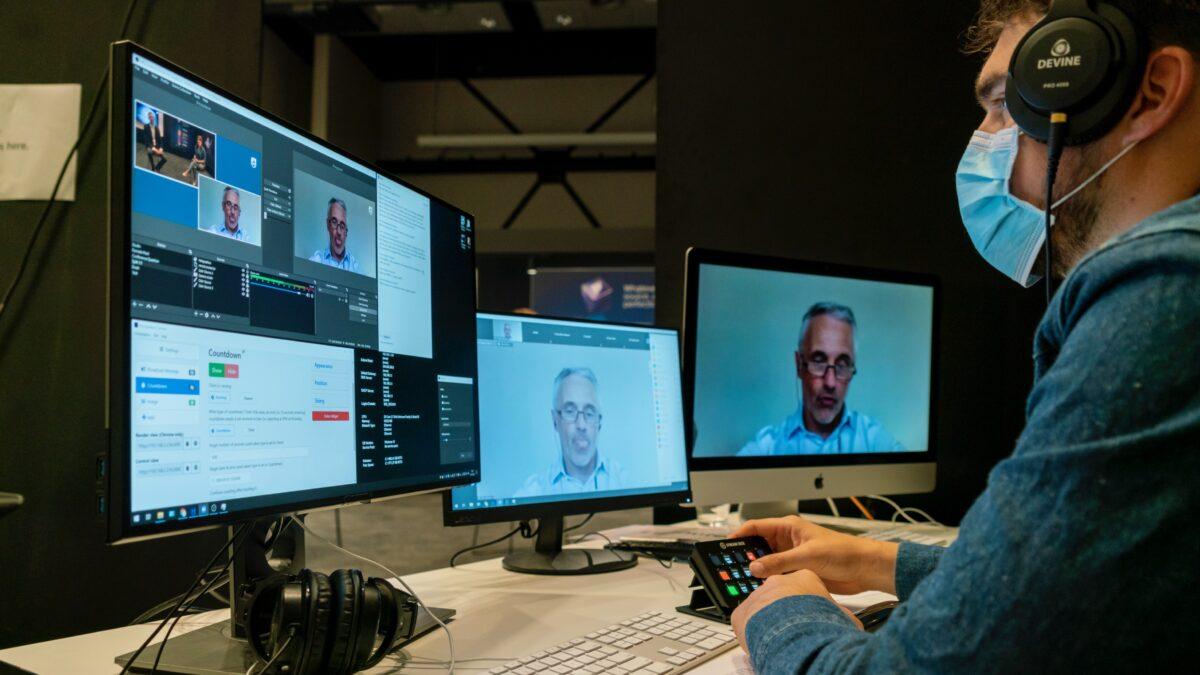 TP Vision beurs - 3 schermen met een editor