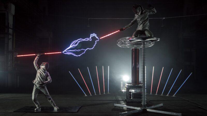 Twee zwaardvechters met laserzwaarden en electriciteit tijdens Tesla event