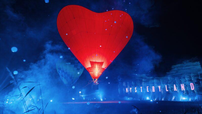 Uitgelichte rode hartvormige luchtballon tijdens Mysteryland 2020