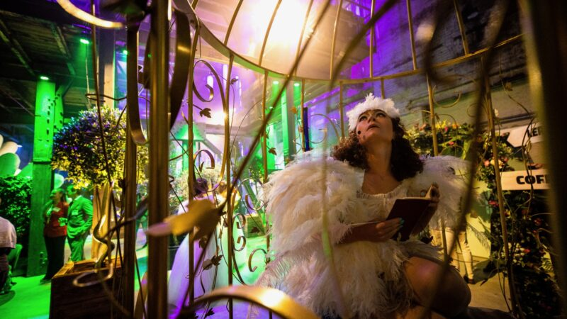 Vrouw met een wit vogelpak in een kooi bij ProjectPlayground_©FlorisHeuer_0726