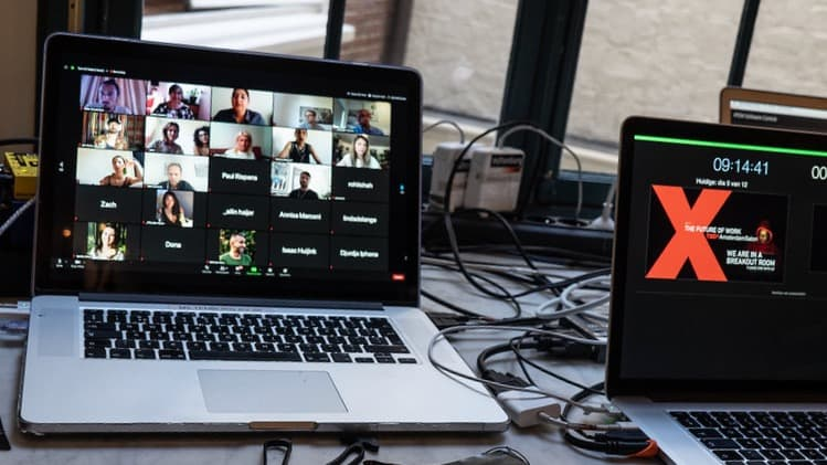 We Are Live TEDX met twee laptops
