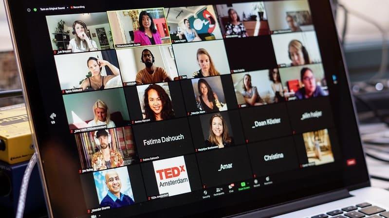 We Are Live TEDX scherm met meerdere weergaven van mensen die online volgen