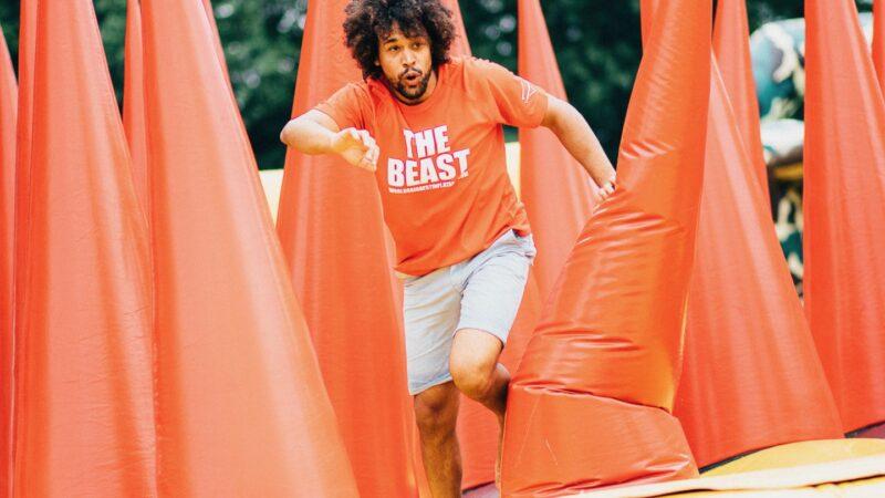 Wereld's langste opblaasbare hindernisbaan The Beast