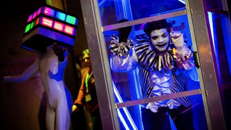 Zwart witte clown mimespeler in telefooncel bij ProjectPlayground_©FlorisHeuer_0541