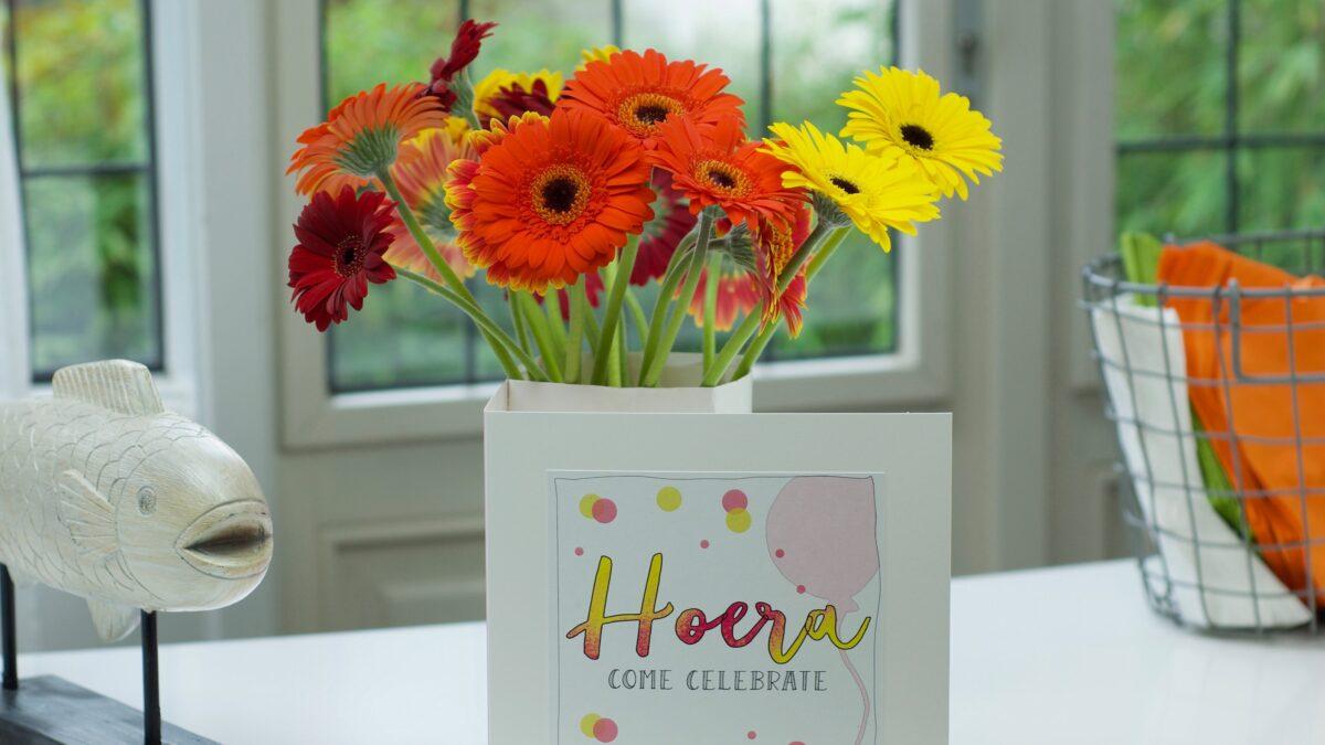 Bloomincard bosje bloemen met kaart Hoera erbij