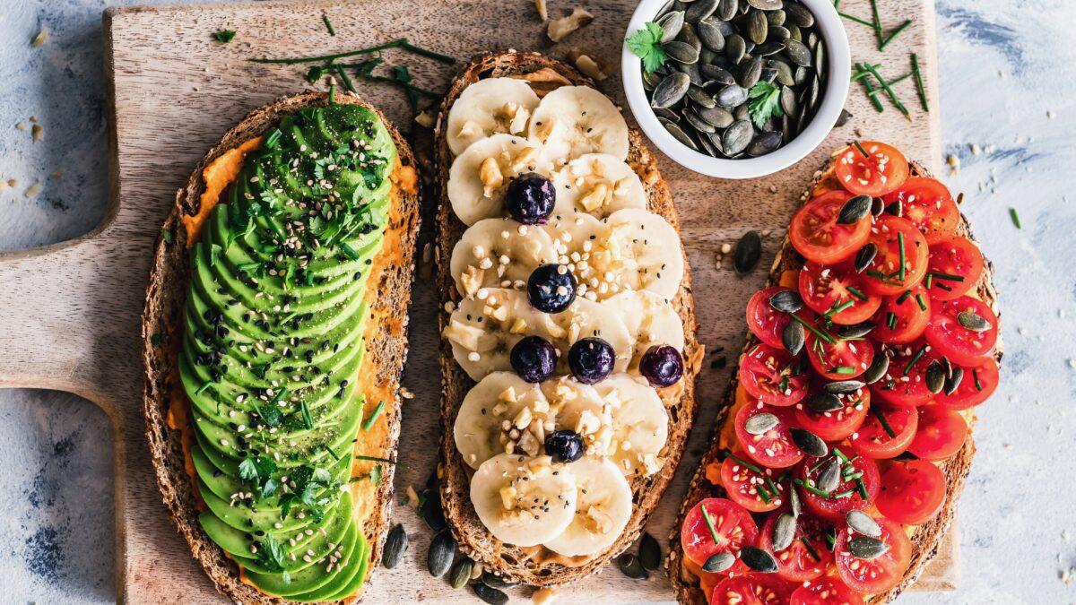 Broodjes met avocado, banaan en tomaat (foto- Ella Olsson) - foodtrends